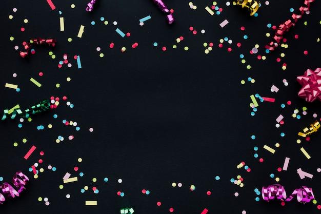 Moldura de vista superior com confetes e cópia-espaço