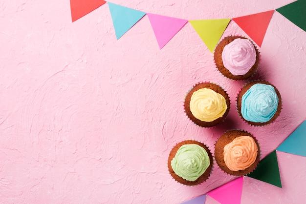Moldura de vista superior com deliciosos bolos envidraçados