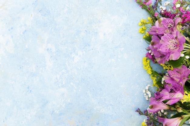 Moldura de vista superior com flores coloridas e cópia-espaço