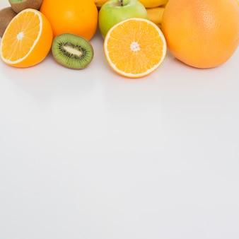 Moldura de vista superior com frutas e espaço para texto