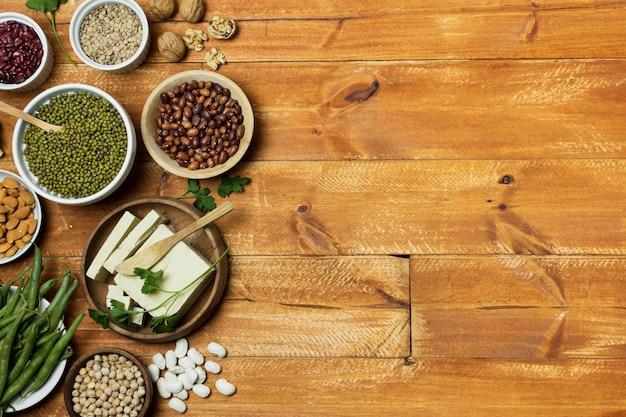 Moldura de vista superior com grãos em fundo de madeira