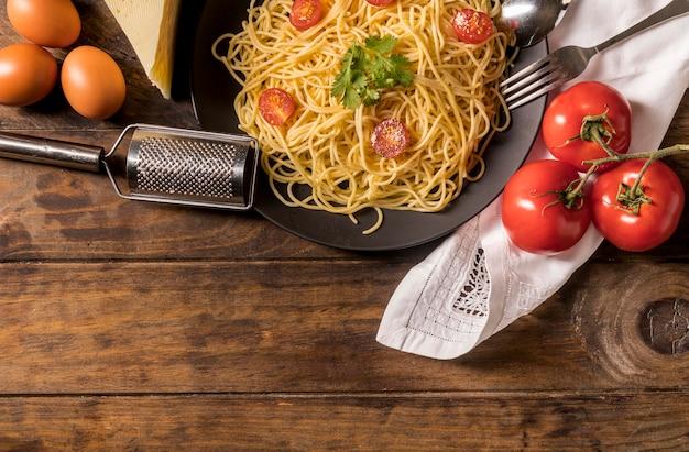 Moldura de vista superior com macarrão e tomate
