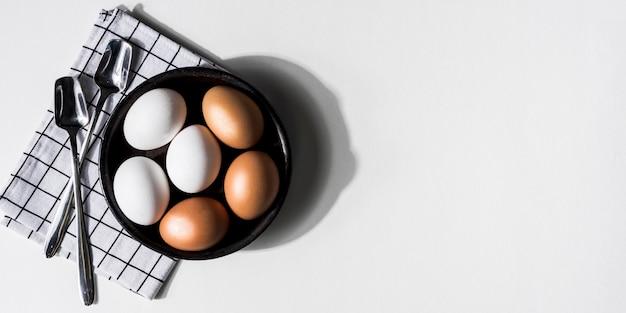 Moldura de vista superior com ovos de galinha