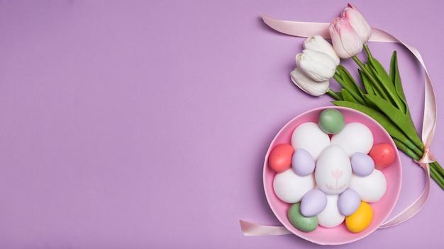 Moldura de vista superior com ovos em uma tigela