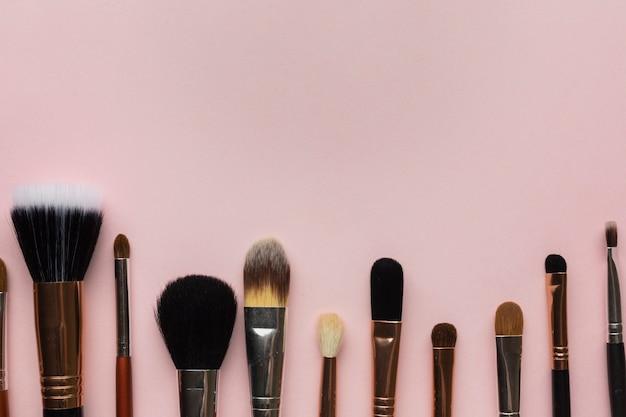 Moldura de vista superior com pincéis de maquiagem e espaço para cópia