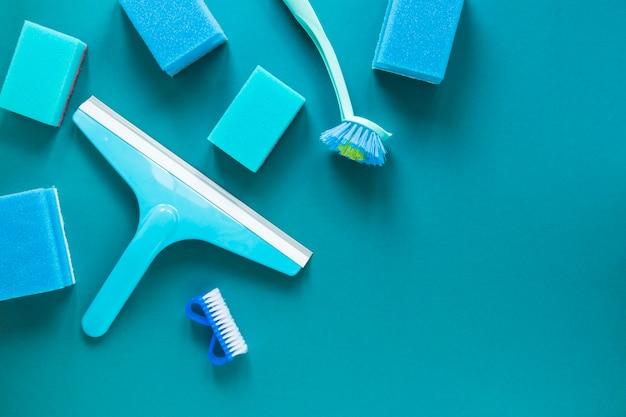 Moldura de vista superior com produtos de limpeza azuis