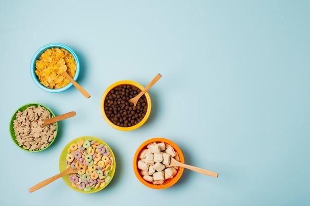Moldura de vista superior com tigela de cereais e cópia-espaço