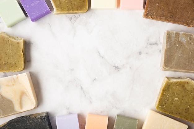 Moldura de vista superior feita de sabonetes na mesa