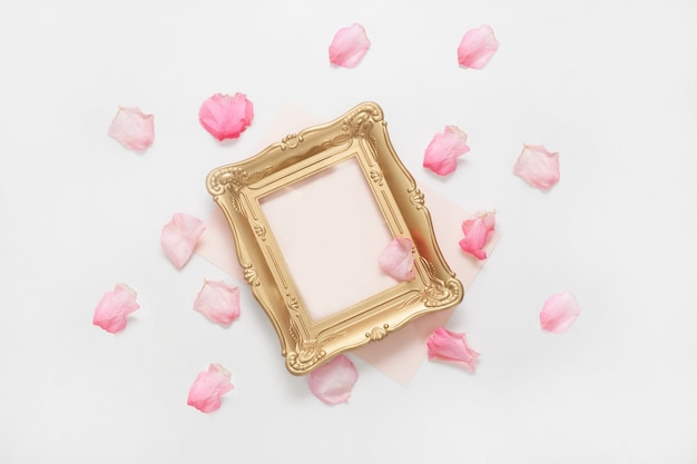Moldura decorada com pétalas de rosa