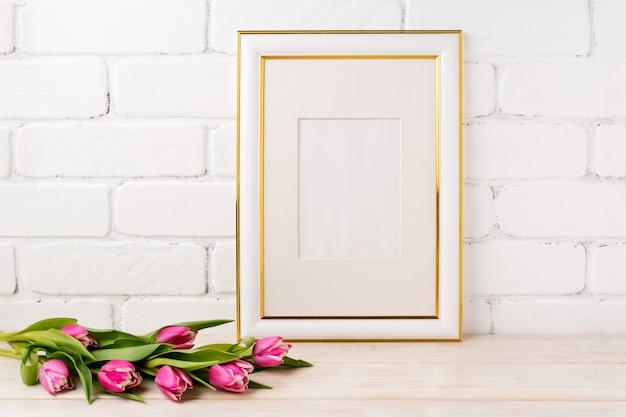 Moldura decorada ouro com buquê de tulipas magenta