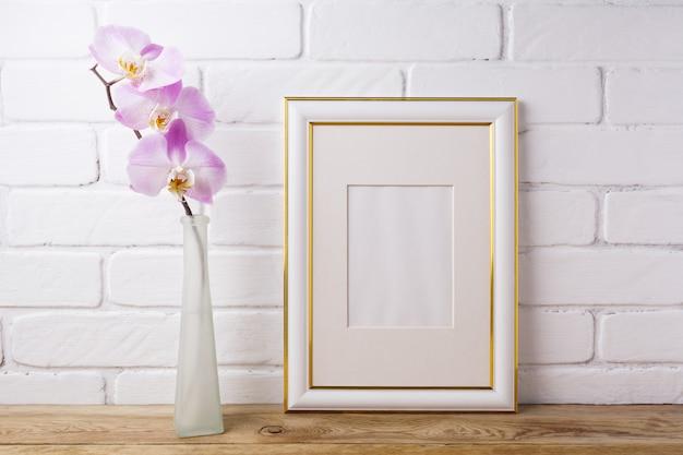 Moldura decorada ouro com orquídea rosa macia