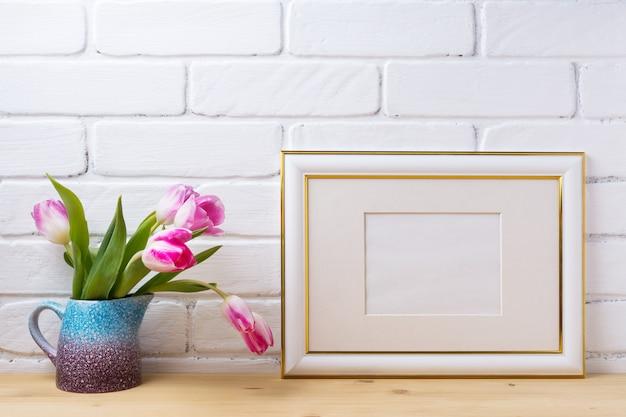 Moldura decorada ouro com tulipas magenta