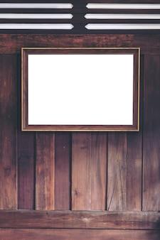 Moldura dourada antiga na parede de madeira