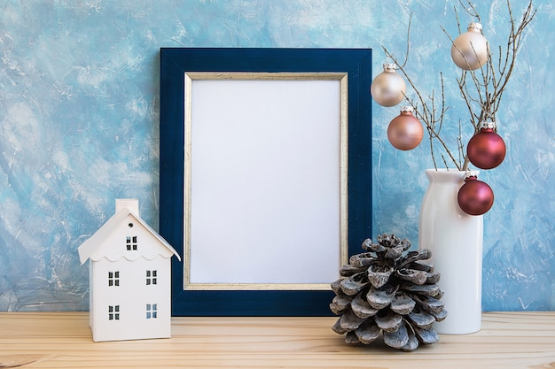 Moldura dourada azul mock up natal reveillon bolas coloridas de cone de pinheiro no galho de árvore