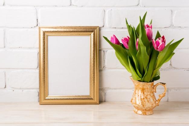 Moldura dourada com tulipas rosa magenta em vaso de ouro