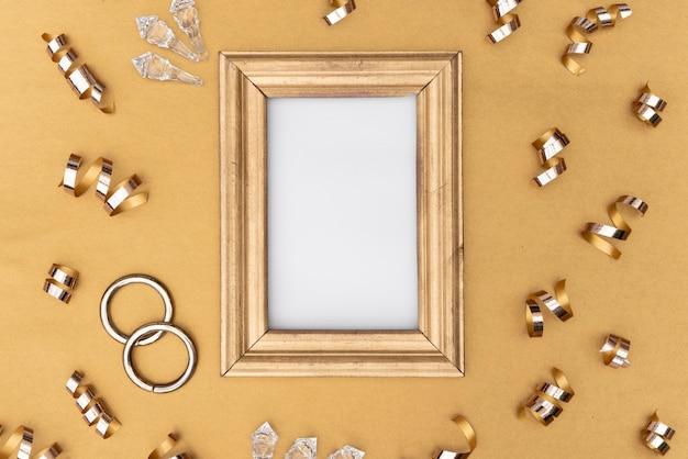 Moldura dourada com várias decorações