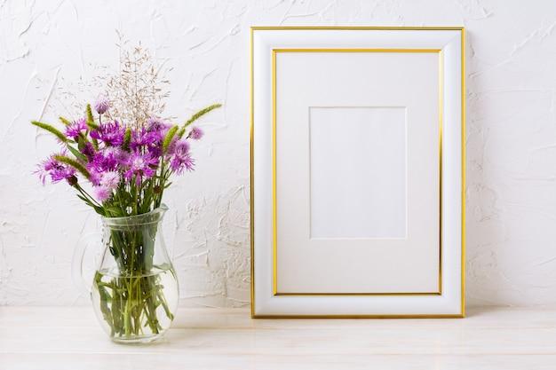 Moldura dourada decorada com bardanas roxas em vidro