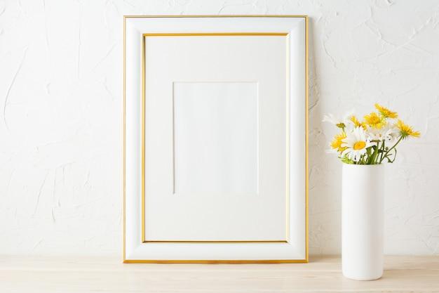 Moldura dourada decorada com margarida amarela e branca