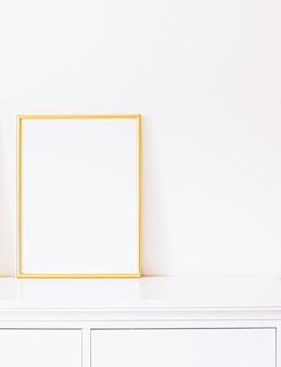 Moldura dourada em móveis brancos, decoração de casa de luxo e design para impressão de pôster de maquete e ...