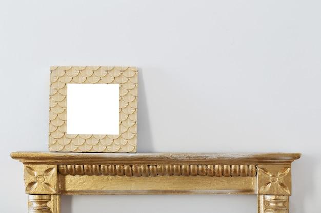 Moldura dourada na parede branca