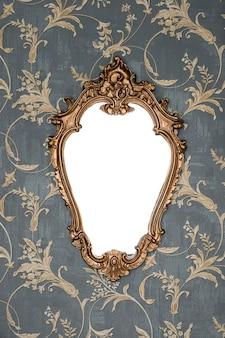 Moldura dourada ornamentada na parede do papel de parede com traçado de recorte para o interior floral