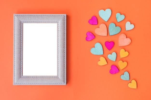 Moldura e corações em fundo laranja e espaço de cópia