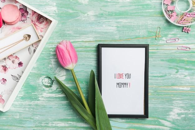 Moldura e presentes para o dia das mães