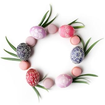Moldura elegante com ovos de páscoa isolados. conceito de páscoa