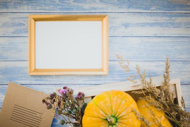 Moldura em branco dourada com abóboras de outono
