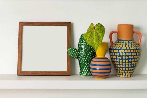 Moldura em branco na prateleira com ideias de decoração para casa