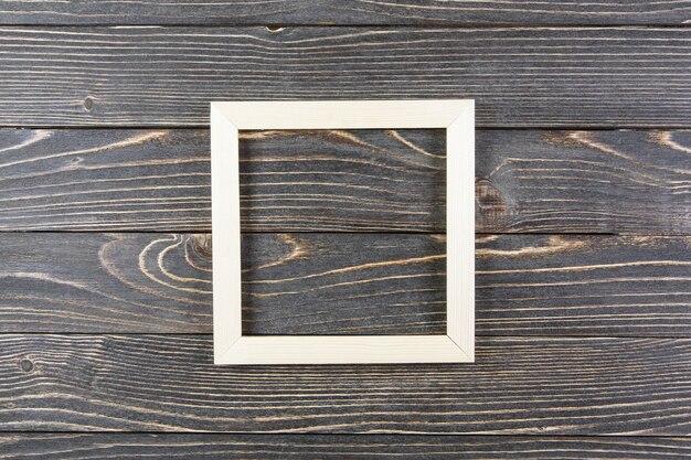 Moldura em superfície de madeira velha
