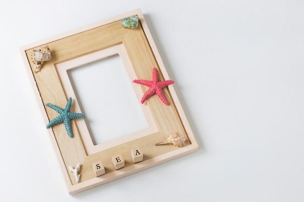 Moldura, estrela do mar, conchas, a palavra mar. fundo sobre férias de verão, memórias