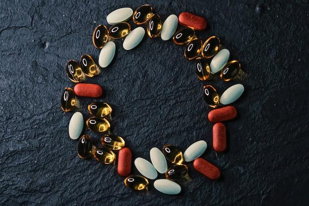 Moldura feita de comprimidos médicos como plano de fundo plano, closeup de saúde e bem-estar