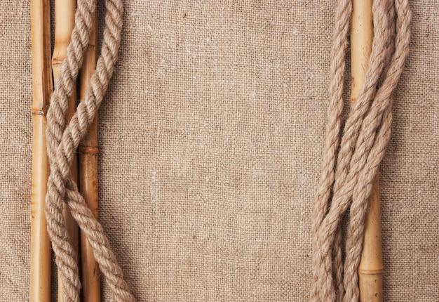 Moldura feita de cordas e bambu com uma tela de estopa