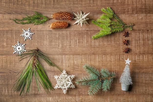 Moldura feita de decoração de natal em fundo de madeira
