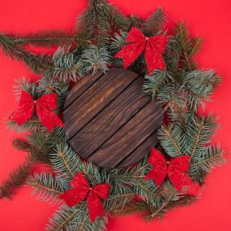 Moldura feita de decorações de natal em fundo vermelho, vista superior com espaço para texto. inverno.