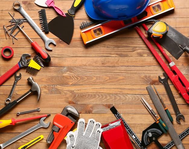 Moldura feita de ferramentas de construção em fundo de madeira