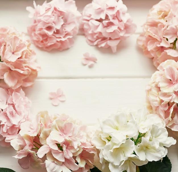 Moldura feita de flores de hortênsia rosa e bege