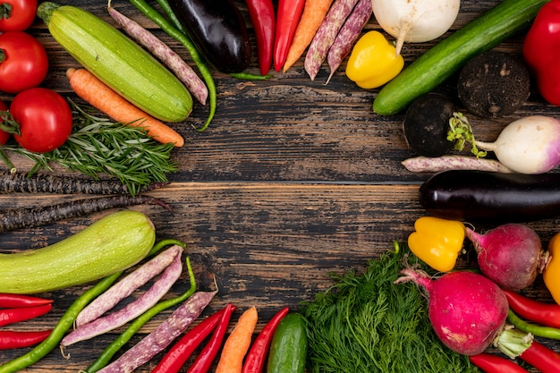 Moldura feita de legumes frescos