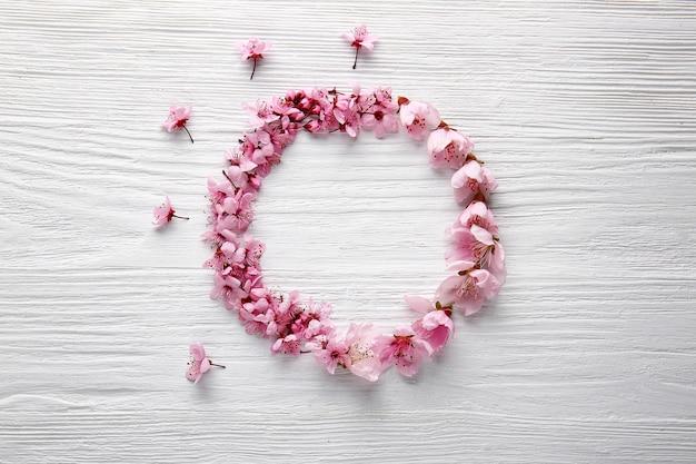 Moldura feita de lindas flores em madeira branca