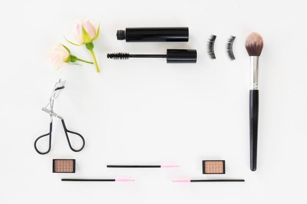 Moldura feita de produtos de maquiagem