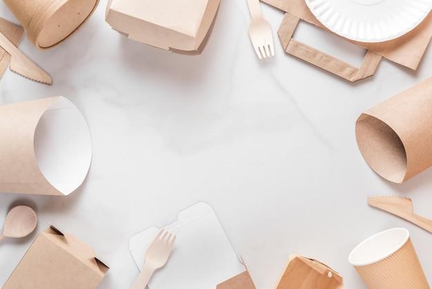Moldura feita de utensílios de mesa descartáveis ecológicos. copos de papel, pratos, sacolas, recipientes de fast food e talheres de madeira de bambu