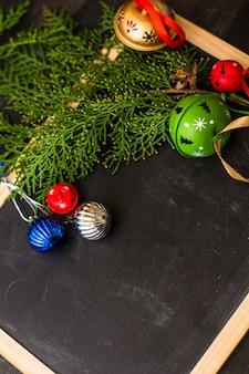 Moldura festiva de natal com árvore de abeto e guizos