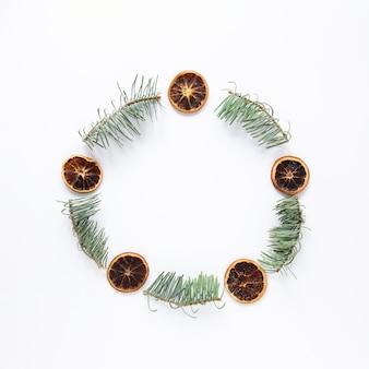 Moldura festiva redonda com folhas de pinheiro