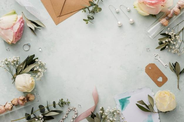 Moldura formada de enfeites de casamento
