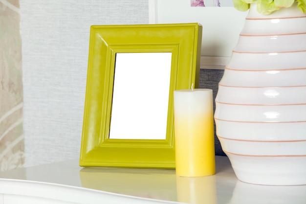 Moldura moderna em branco na gaveta moderna. maquete do quadro de phto