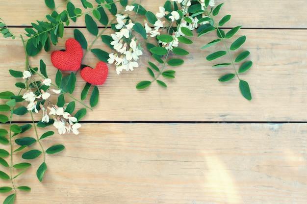 Moldura natural de dia dos namorados na mesa de madeira