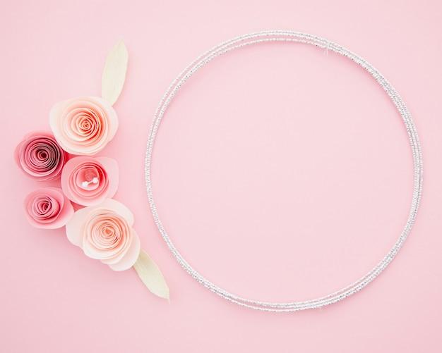 Moldura ornamental bonita com flores de papel