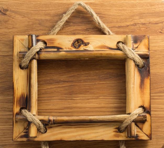 Moldura para fotos em fundo de madeira