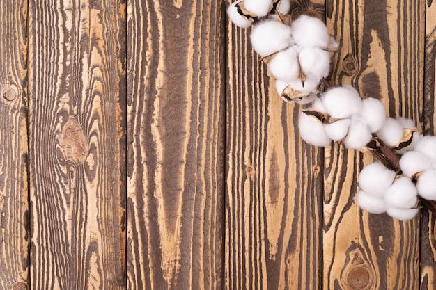 Moldura para fundo com flores de algodão moldura para texto em fundo de madeira cartão de felicitações